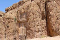 De graven van de Achaemeniddynastie snijden hoogte in het klippengezicht: Graf van Xerxes I Xerxes Groot stock fotografie
