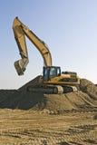 De graver van de aarde op het werk stock afbeeldingen