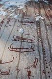De gravures van de bronstijdrots in Tanum in sneeuw stock afbeeldingen