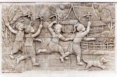 De gravuresbeeld van de tegelsteen van traditioneel de Libelstuk speelgoed van het spelbamboe, Ambacht voor Thaise kinderen Stock Afbeeldingen