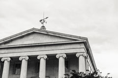 De grecian-stijl Bouw met een Weer Vane Atop Stock Foto