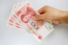 De greep Chinees geld van de hand Stock Afbeelding