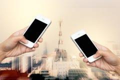 De greep slimme telefoon van de vrouwenhand, tablet, cellphone op vage motie Stock Afbeeldingen