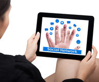De greep van de hand een aanrakingsstootkussen met sociaal netwerkcijfer Stock Foto's