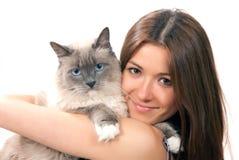 De greep van de vrouw haar mooie kat Ragdoll met blauw oog Stock Foto