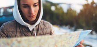 De greep van het portretmeisje in handen die op kaart kijken, ontspant toeristenreizen door autoauto, mensen plannend reis in sne royalty-vrije stock fotografie