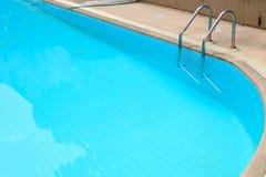 De greep verspert ladder in zwembad Stock Afbeeldingen