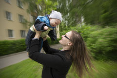 De greepbaby van de moeder op handen Mammaspel met baby De baby glimlacht a stock afbeeldingen