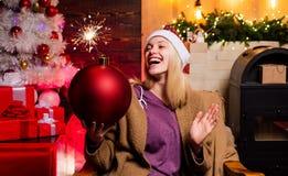De greepbom van de Kerstmisvrouw Creatieve boom Bomemoties Uitdrukkingengezicht Het nieuwe jaar stelt voor Vrolijke Jonge Vrouw stock fotografie