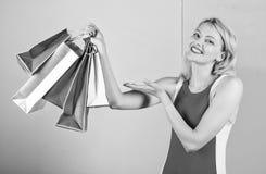 De greepbos van de vrouwen rode kleding het winkelen zakken blauwe roze achtergrond Het meisje geniet van het winkelen of enkel g stock foto