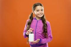 De greepgeneesmiddelen van het meisjes lange haar fles Vitamineconcept De supplementen van de behoeftevitamine Neemt het kind leu royalty-vrije stock foto's
