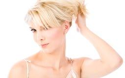 De greephaar van de blonde in haar hand Royalty-vrije Stock Fotografie