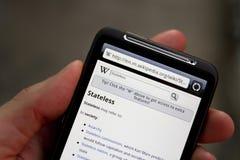 De greepHTC Wens HD van de hand met Wikipedia onderzoekspagina Royalty-vrije Stock Foto's
