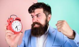 De greepklok van de mensen gebaarde agressieve zakenman Het concept van de spanning Hipster zwaar het werk programma De zakenman  stock afbeeldingen