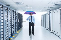 De greepparaplu van de zakenman in serverruimte Stock Afbeelding