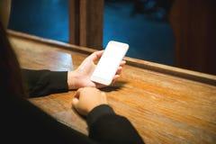 De greepsmartphone van vrouwenhanden met het lege witte lege scherm royalty-vrije stock foto