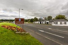 De grens aan Schotland met teken ` Schotland heet u welkom `, op de weg in Groot-Brittannië stock foto