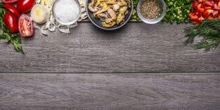 De grens met tomaat en prei zoute mosselen kruidde met kruiden en hakte Spaanse peper houten achtergrond hoogste meningsbanner vo Stock Foto's
