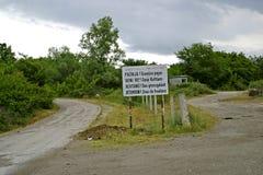 De grens van Albanië en Montenegro kruising stock foto