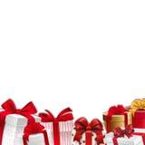 De grens van de Kerstmisdecoratie - kader - giftdozen met rode linten Stock Fotografie
