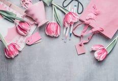 De grens van het de lentestilleven met pastelkleur roze tulpen, harten, mokm giften, markeringen en schaar, hoogste mening Lay-ou Royalty-vrije Stock Foto's