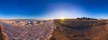 360 de grens van het zonsopgangpanorama het zandige strand en van Meer Baikal i Royalty-vrije Stock Fotografie