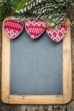 De grens van kerstboomdecoratie op uitstekend houten bord royalty-vrije stock fotografie
