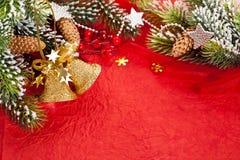 De grens van Kerstmis van tak en klokken royalty-vrije stock foto's