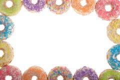 De grens van kleurrijk suikergoed bestrooit donuts geïsoleerd op wit royalty-vrije stock fotografie