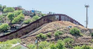 De grensomheining die de Verenigde Staten en Mexico scheiden in Nogales stock fotografie