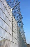 De grensomheining met weerhaken van de veiligheid stock foto