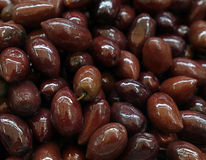 De Griekse gehele zwarte glanzende olijven van Kalamata royalty-vrije stock afbeelding