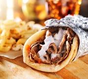 De Griekse gyroscoop met gebraden gerechten sluit omhoog Royalty-vrije Stock Afbeelding