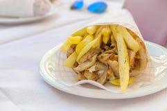 De Griekse gyroscoop met gebraden gerechten sluit omhoog op lijst Stock Afbeeldingen