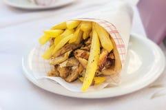 De Griekse gyroscoop met gebraden gerechten sluit omhoog op lijst Stock Foto's