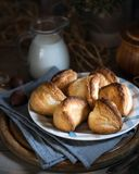 De Griekse kaas puft op de oude raad, dichtbij uitstekende lepels, kruik melk, servetten Bladerdeegbollen met feta-kaas rustic royalty-vrije stock afbeeldingen