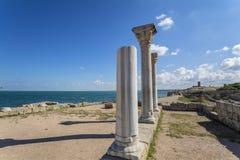 De Griekse kolommen van de oude stad van Hersonissos zijn op het overzees Royalty-vrije Stock Fotografie