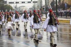 De Griekse militairen Evzones kleedden zich in volledige kleding eenvormig tijdens Onafhankelijkheidsdag van Griekenland Stock Foto