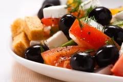De Griekse salade met croutons en greens Royalty-vrije Stock Foto's