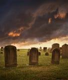 De griezelige grafstenen van Halloween onder stormachtige hemel Stock Foto
