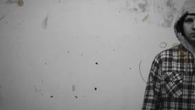De griezelige man die zich op witte achtergrond, oud onderzoek bevinden stock videobeelden
