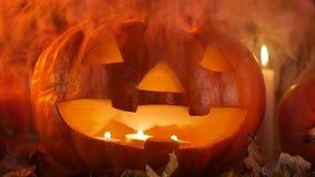 De de griezelige pompoenen en kaarsen van Halloween in de rook stock video
