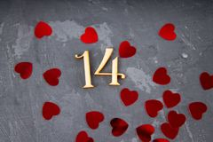 de grijze achtergrond toont van 14 Februari met rood hart Stock Fotografie