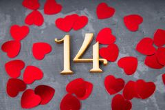de grijze achtergrond toont van 14 Februari met rood hart Stock Afbeeldingen