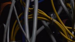 De grijze en gele draden sluiten omhoog, technologische vooruitgang, telecommunicaties stock videobeelden