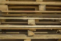 De grijze en gele houten vierkante bars en de planken liggen in rijen, horizontale lijnen Ruwe Oppervlaktetextuur stock foto