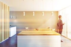 De grijze en houten bar van het luxehuis, zakenman Stock Fotografie