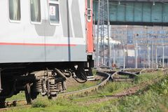 De grijze en rode treinauto is bij het station royalty-vrije stock foto's