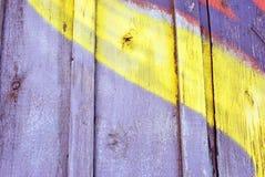 De grijze geschilderde houten plankenoppervlakte detailleert dicht omhoog met gele lijn, grunge horizontale achtergrond royalty-vrije stock fotografie