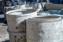 De grijze kleur van de vatbouw op de straat stock foto